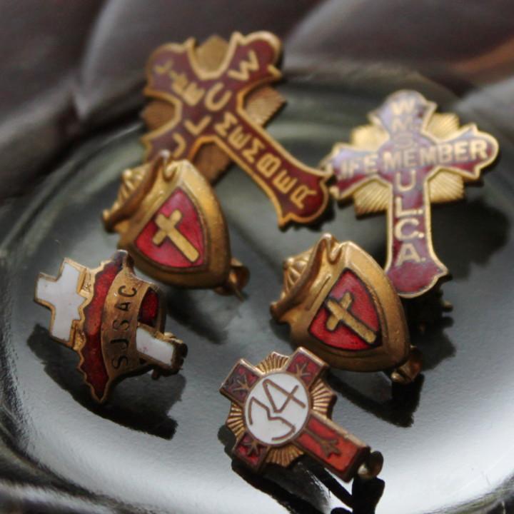 キリスト教の会派やグループは不明のヴィンテージクロス型ブローチ・最前列右側