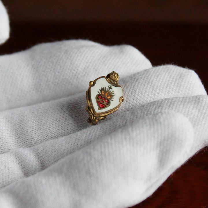 小指の先端よりもまだ小さい極小サイズが魅力のヴィンテージブローチ|アンティーク雑貨
