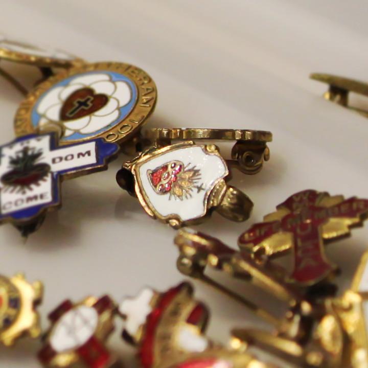 イタリア製イエスキリストの御心(聖心)バッジ(ブローチ)|アンティーク雑貨カトリック教会聖品