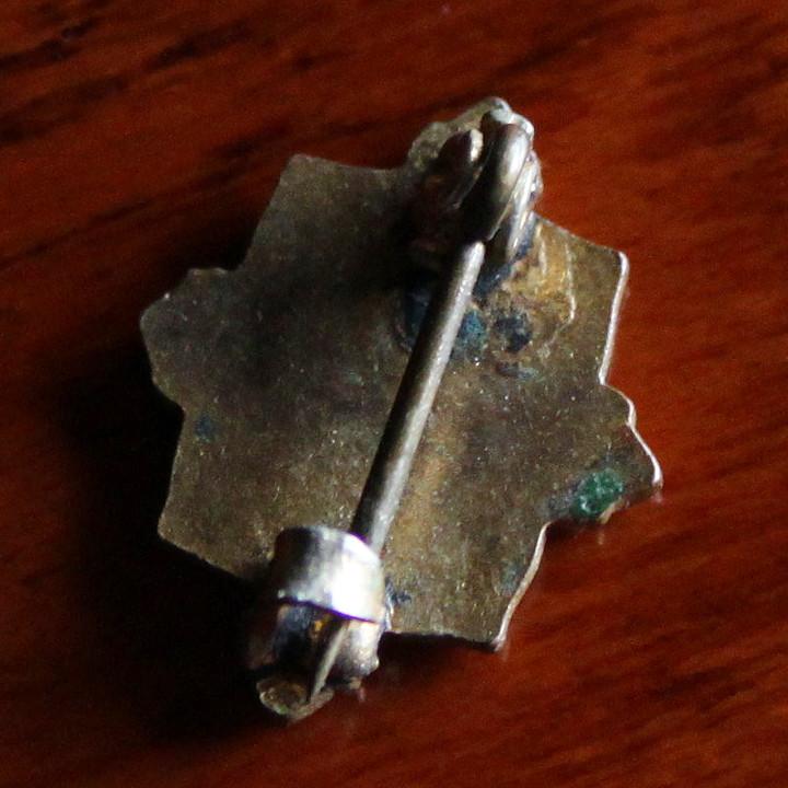 程よくヤレた古美色へと変色した真鍮の土台|アンティークピンバッジ・バッジ・ブローチ