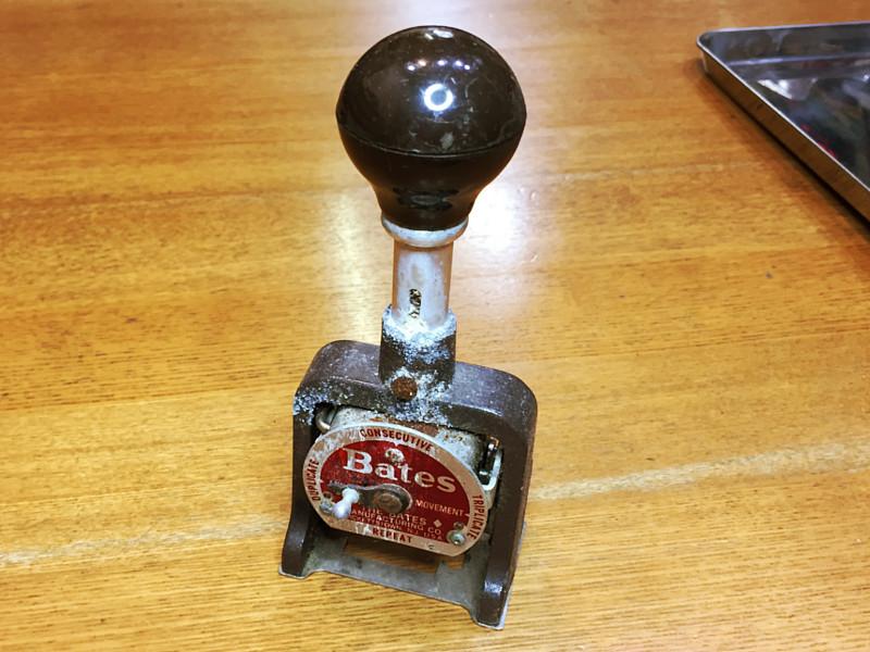 アルミ製のハンドルと固定用の鉄製ビスに錆びが回って動かないナンバリングスタンプ