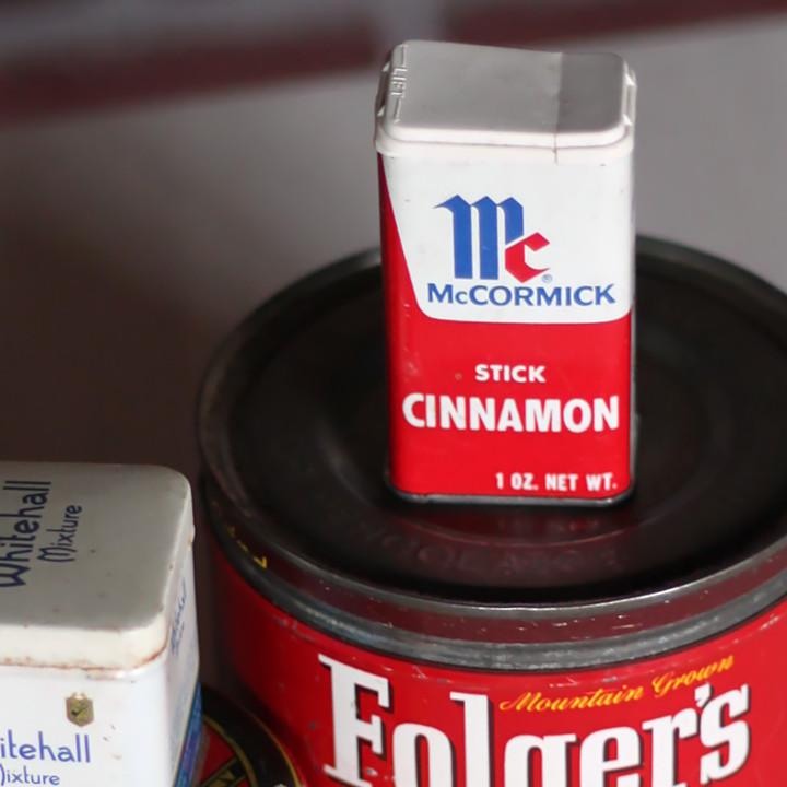 絆創膏などのファーストエイドキットを入れる缶や小物入れとして使えるティン缶