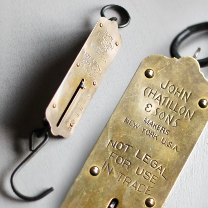アンティークハンギングスケール|少し歪みのある真鍮製のフェイスが魅力