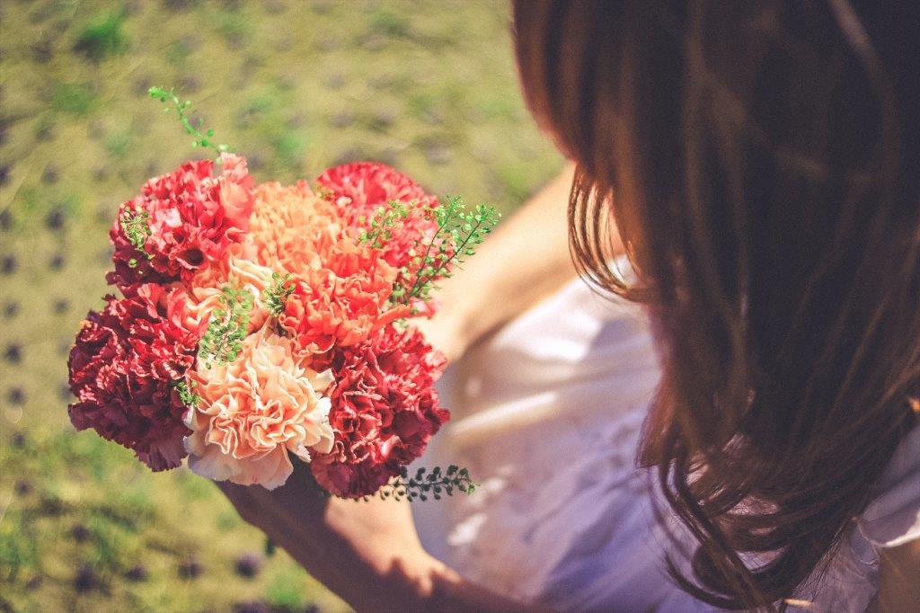 花束を手に持つ