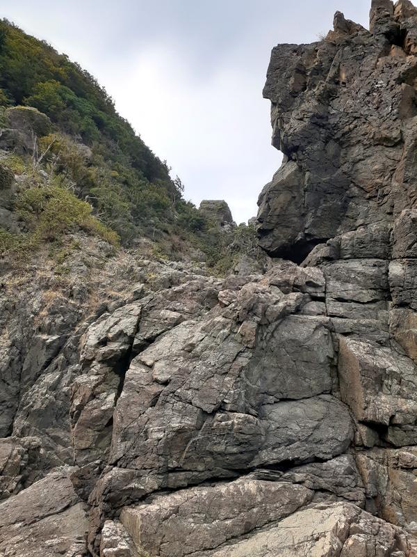 岩を登って反対側の磯場へ