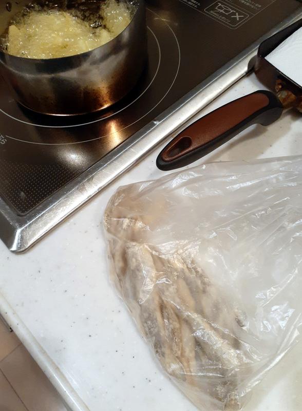 ハゼを唐揚げ粉に付ける