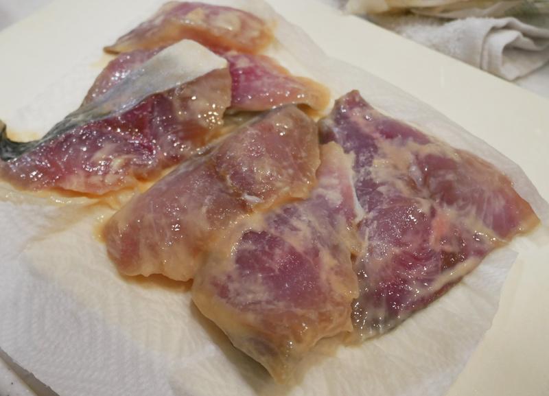 西京漬けの魚の味噌を軽くぬぐう