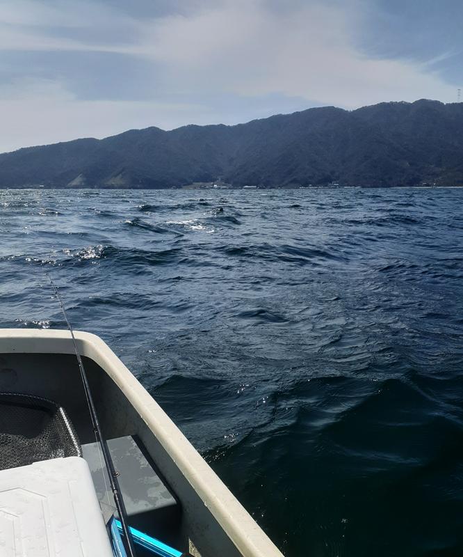 手漕ぎボートでの釣りはライフジャケット必須です
