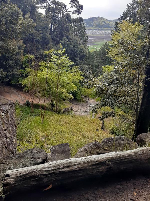 安土城跡の階段が雨で滑って