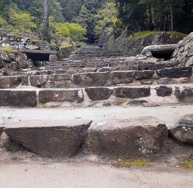 安土城跡の急こう配な階段