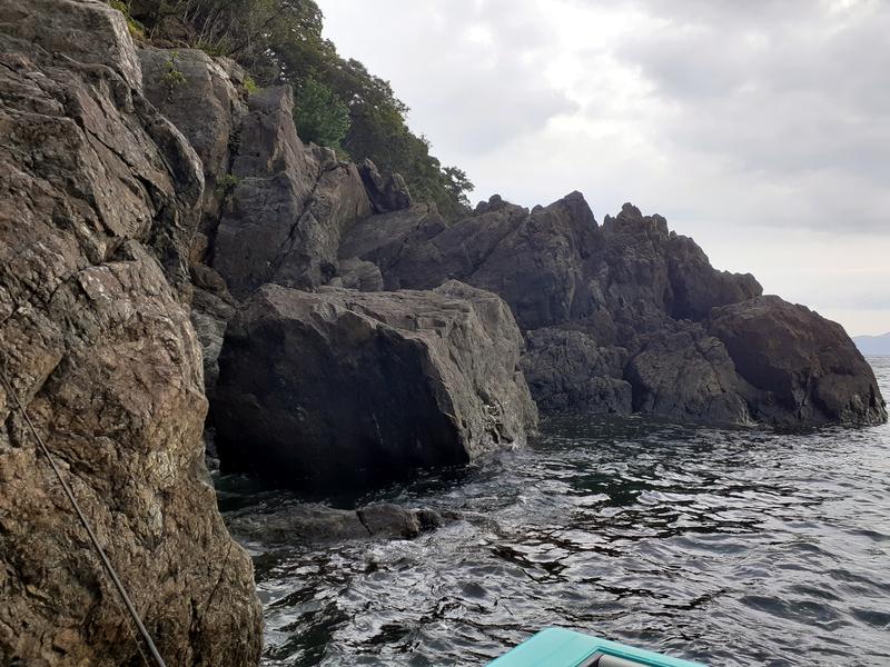 うねりが強い若狭湾の磯場でのエギング