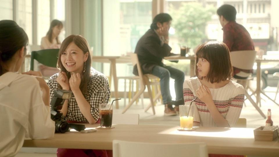(左から)白石麻衣さん、西野七瀬さん=『心のモノローグ』MVより