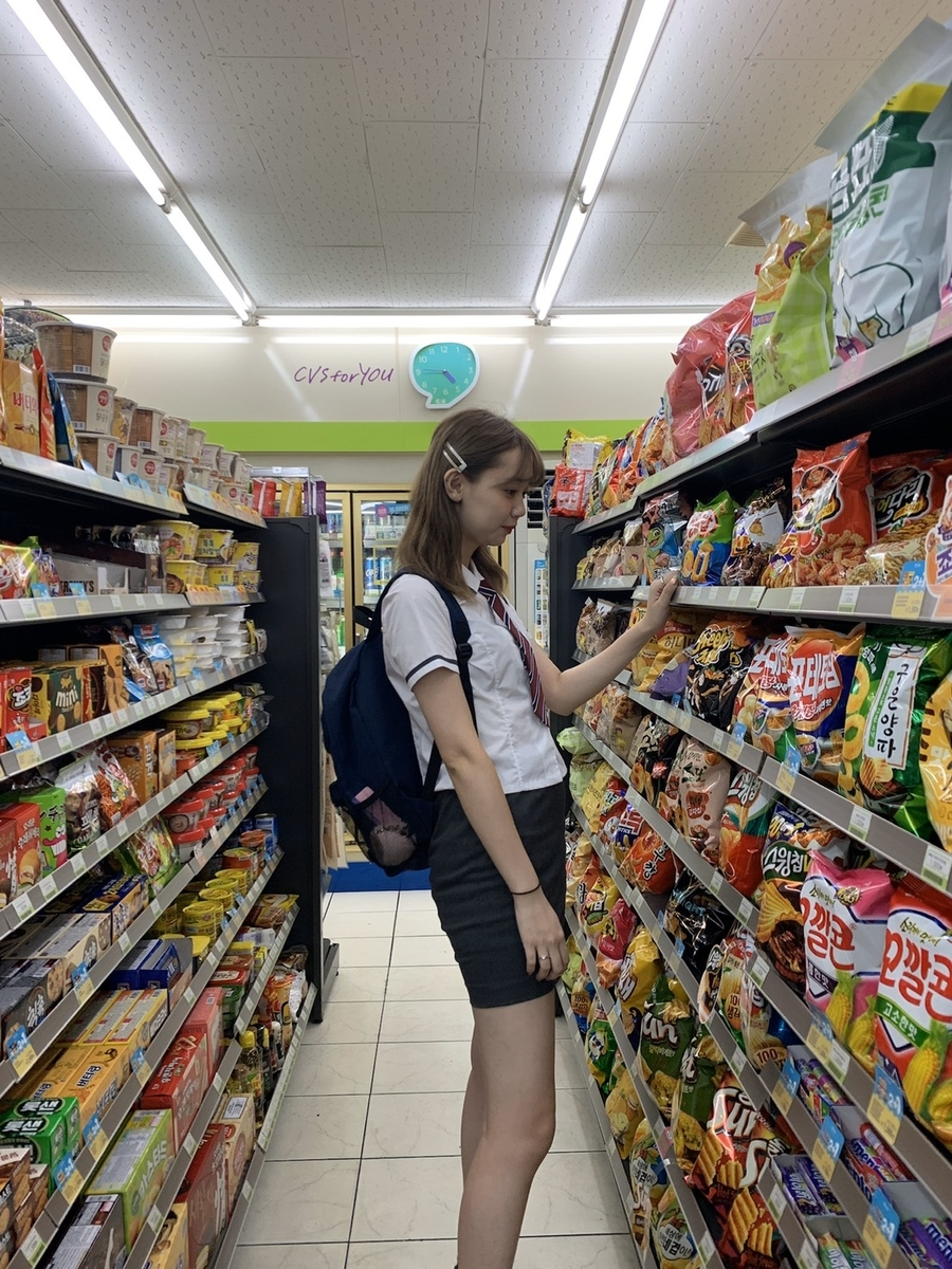 韓国風の学生服を着て買い物