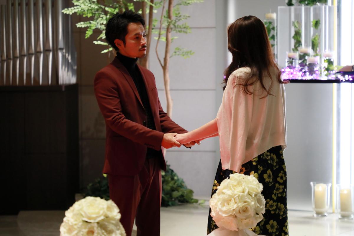 結婚式場デートをした福良さん(右)