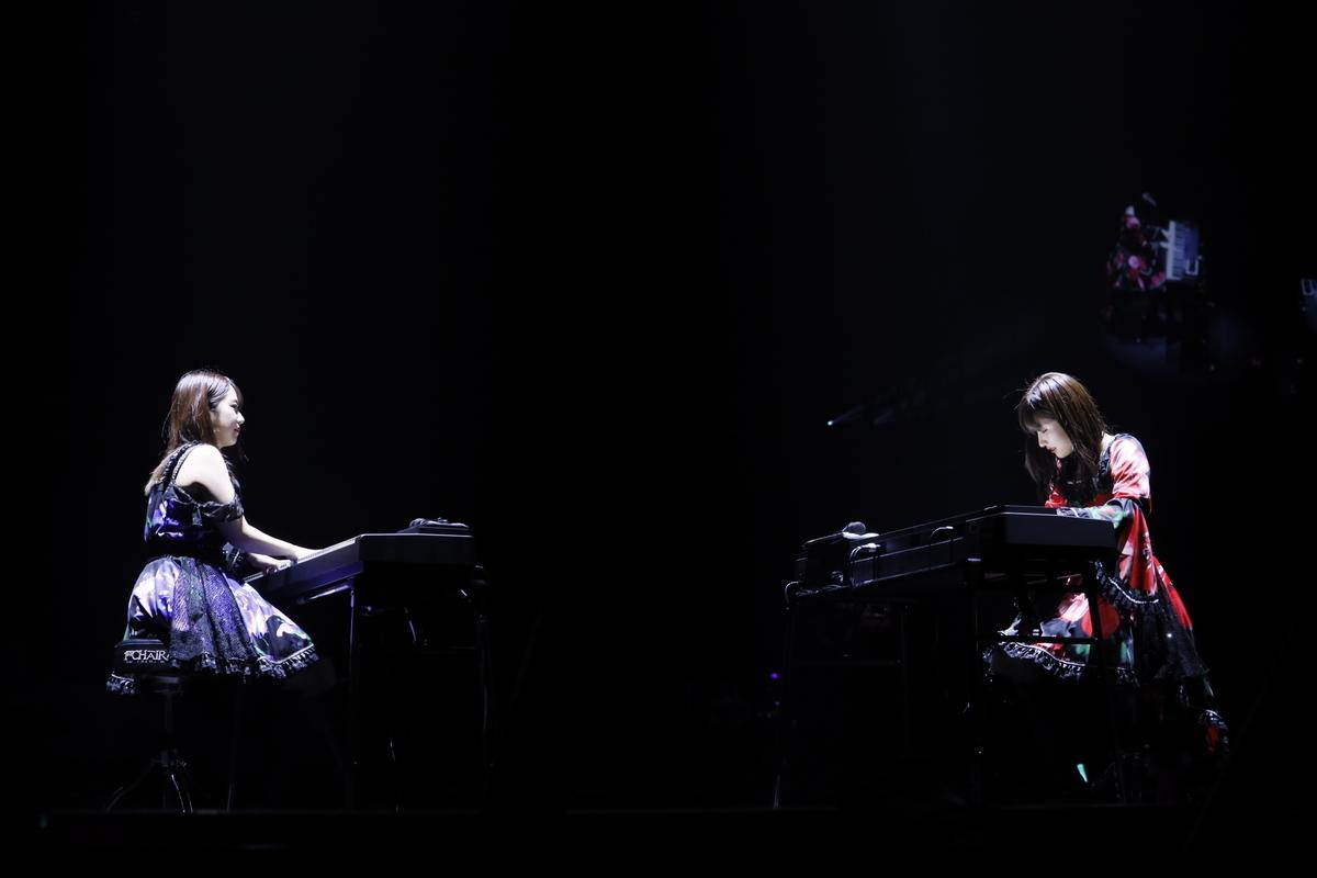 『モーニング娘。'19コンサートツアー秋 ~KOKORO&KARADA~』ファイナル(代々木第一体育館)では連弾も披露(左から)野中美希さん、佐藤さん
