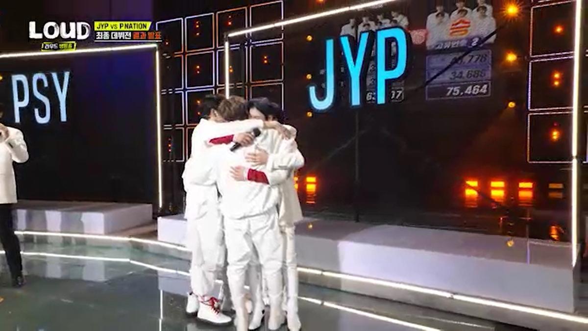 抱き合うJYPチーム
