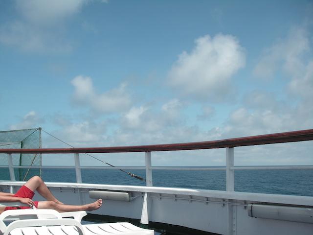 ピースボートで日光浴