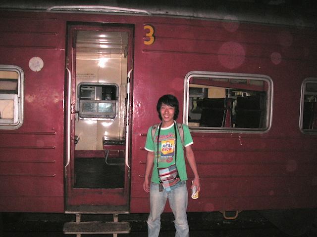 スリランカ コロンボ駅のホームにて