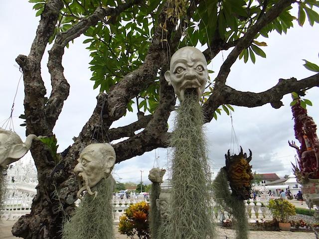 タイ チェンライ ホワイト・テンプルの生首1
