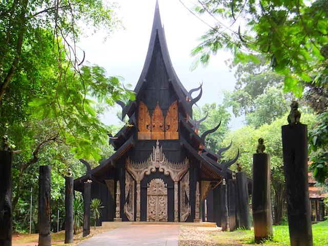 タイ チェンライ バーン・ダム 黒い建物