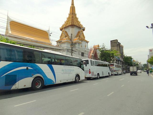 バンコク ワット トライミット 観光バス