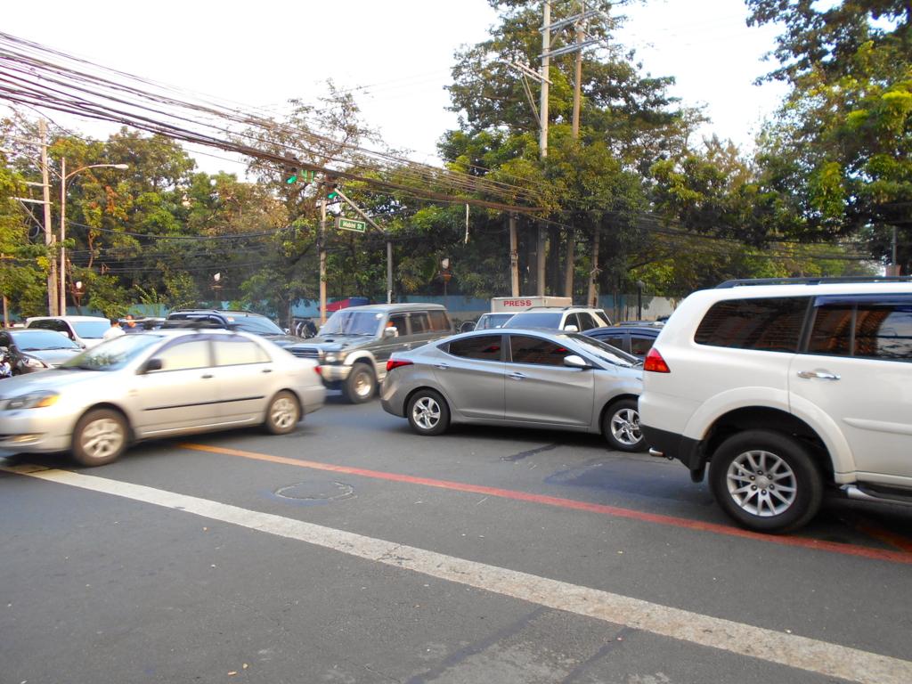 マニラの交通渋滞!信号があるのに交通整理する理由とは?