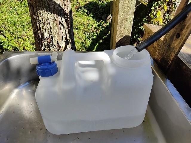 不動の名水 タンクに取水中