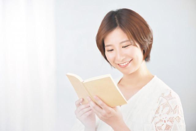 楽しく読書している女性