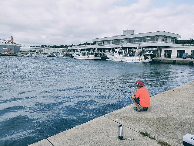 海を見ながら魚を待つ息子の様子