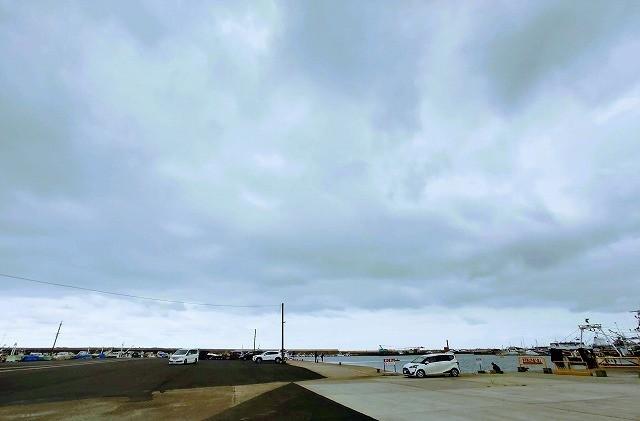 久慈漁港で車がたくさん停められる様子