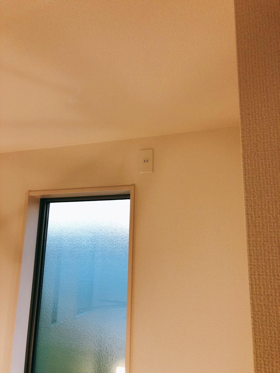 吹抜けの窓枠横にコンセント設置完了