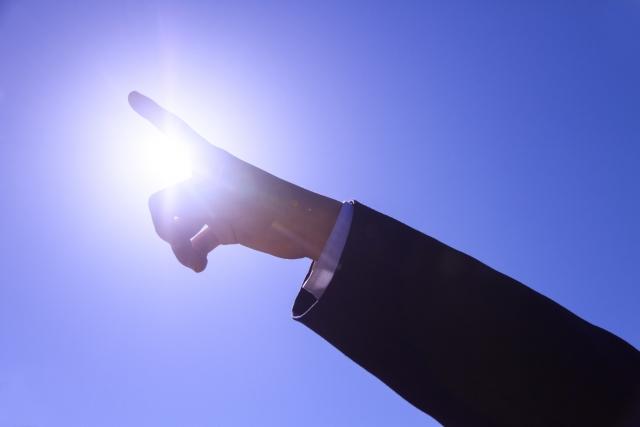 明るい未来へと指をさす