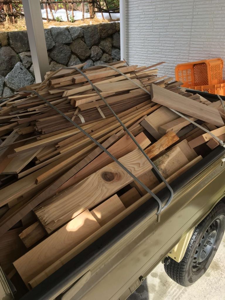 軽トラに積んだ大量の焚きつけ材