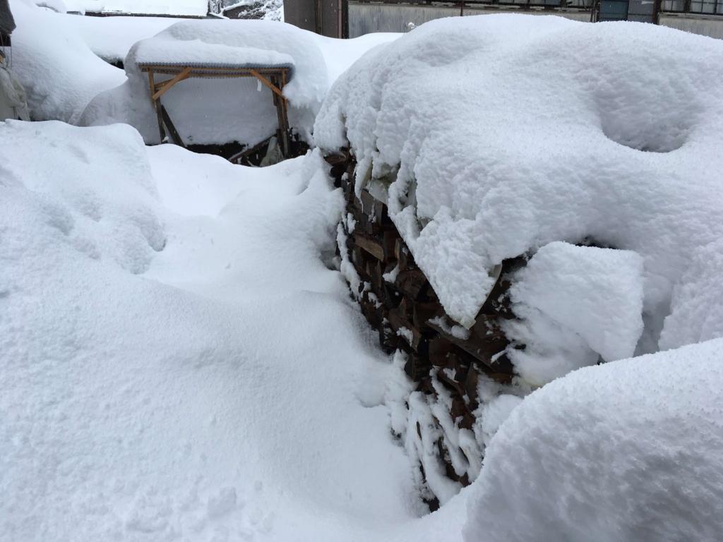 雪に埋もれた薪山崎の薪