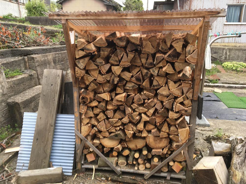 薪山崎の屋根つき薪棚