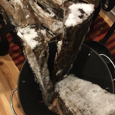 薪山崎雪で濡れた薪
