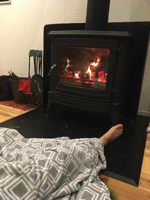 薪ストーブの炉台に進入する妻