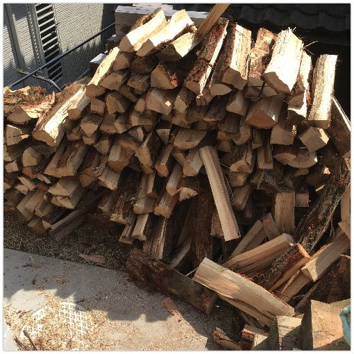 近所のお兄さんが割ってくれた薪