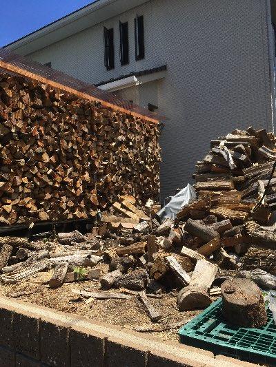 薪棚からあぶれた薪