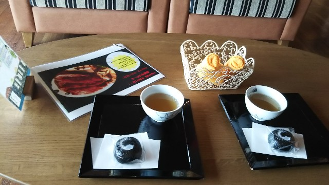 黒豆黒ゴマのお饅頭と黒豆茶