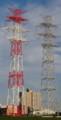 鉄塔に挟まれた高層マンション