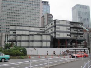 東京駅近くの建設現場のプレハブ