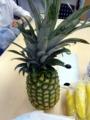 直立するパイナップルと、それを見守るバナナ