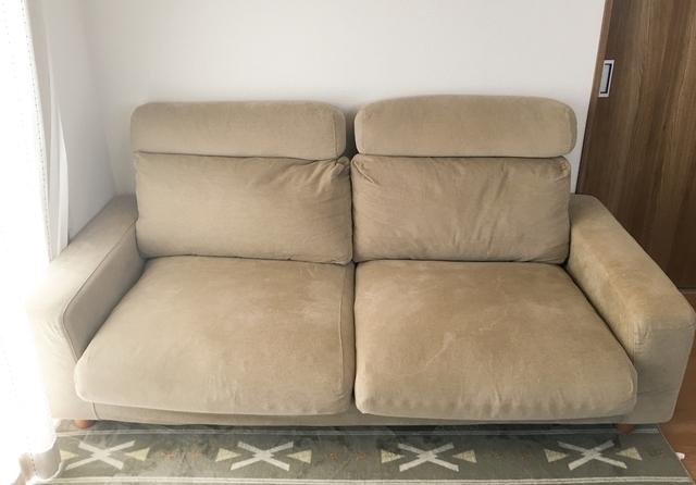 アーム部分がごろ寝するときの枕がわりになる無印のフェザー・ポケットコイルソファ