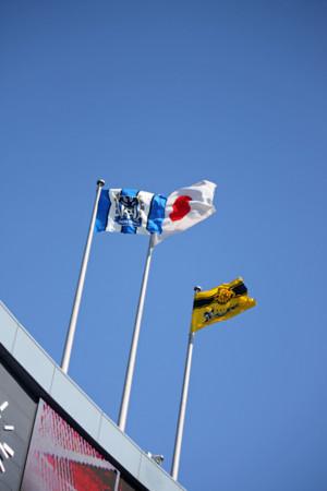 元旦決勝間近、鮮やかな空に両クラブの旗がはためく