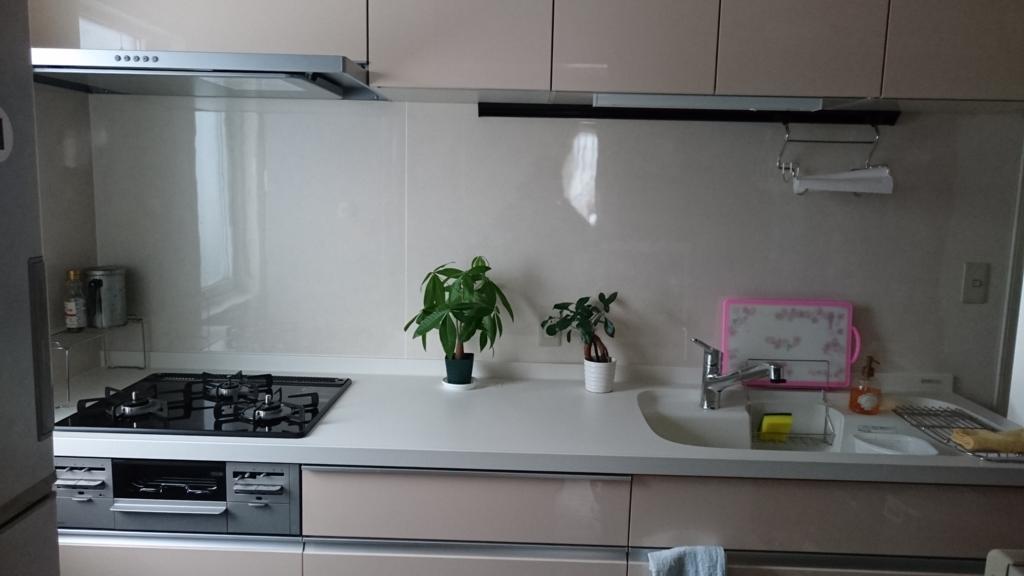 ピンク色のシステムシステムキッチンの写真