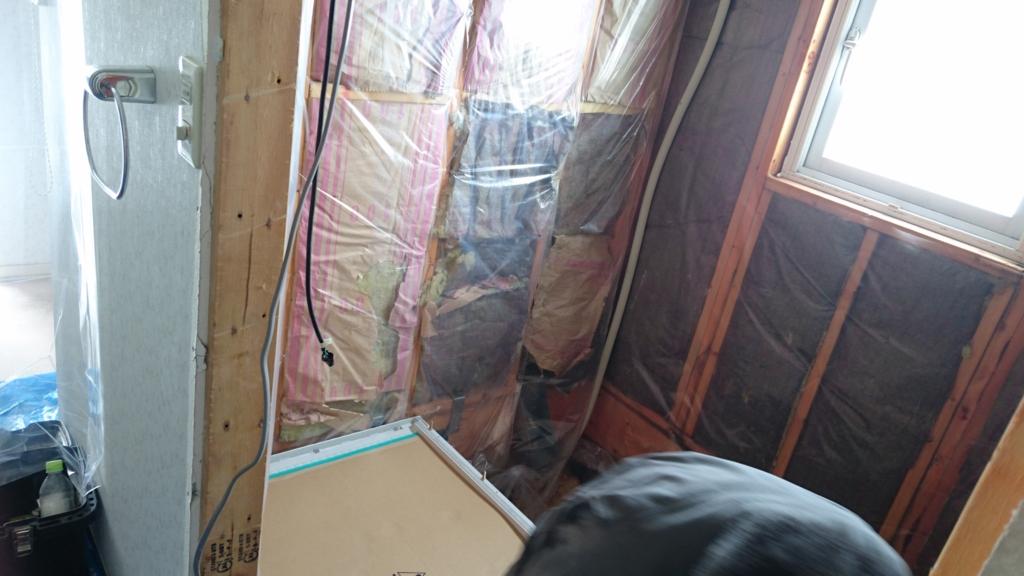 浴室の断熱材を覆うビニールシートの写真