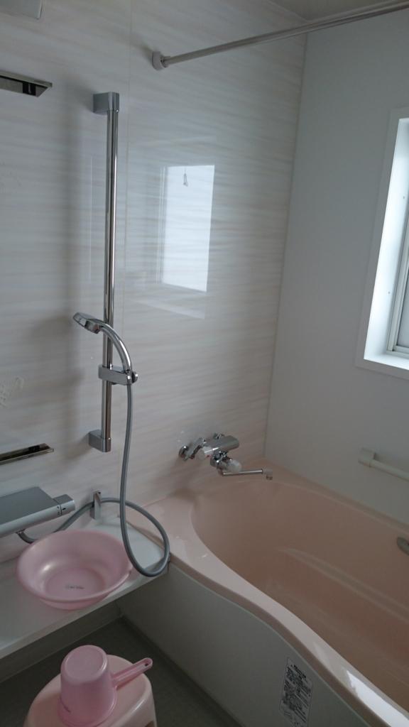 ピンクのバスタブの浴室内の写真