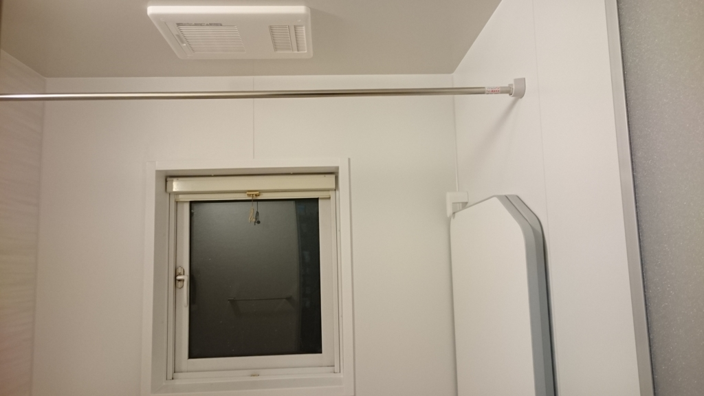 浴室の窓のロールアップ式網戸の写真