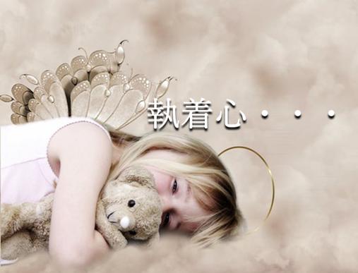 背中に羽根を付けた少女がクマのぬいぐるみを抱いて横になっているセピア色の写真